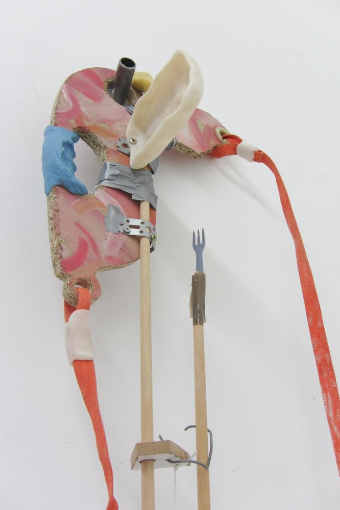 Komm, eine noch ..., 2017, Spanplatte, Kunststoff, Holz, Textilband, Metall, Acrylfarbe, 120 x 40 x 12 cm
