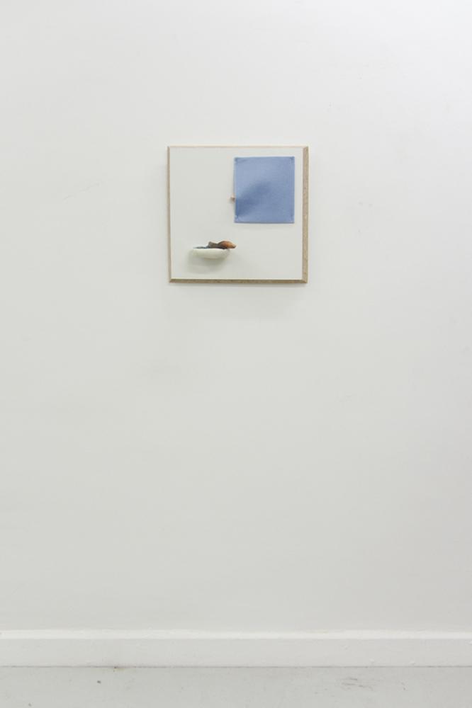 Waschbrett, 2017, Spanplatte, Kunstfasertuch, Kunststoff, Flüssigseife, Gips, Aquarell, Lack, 41 x 41 x 12cm
