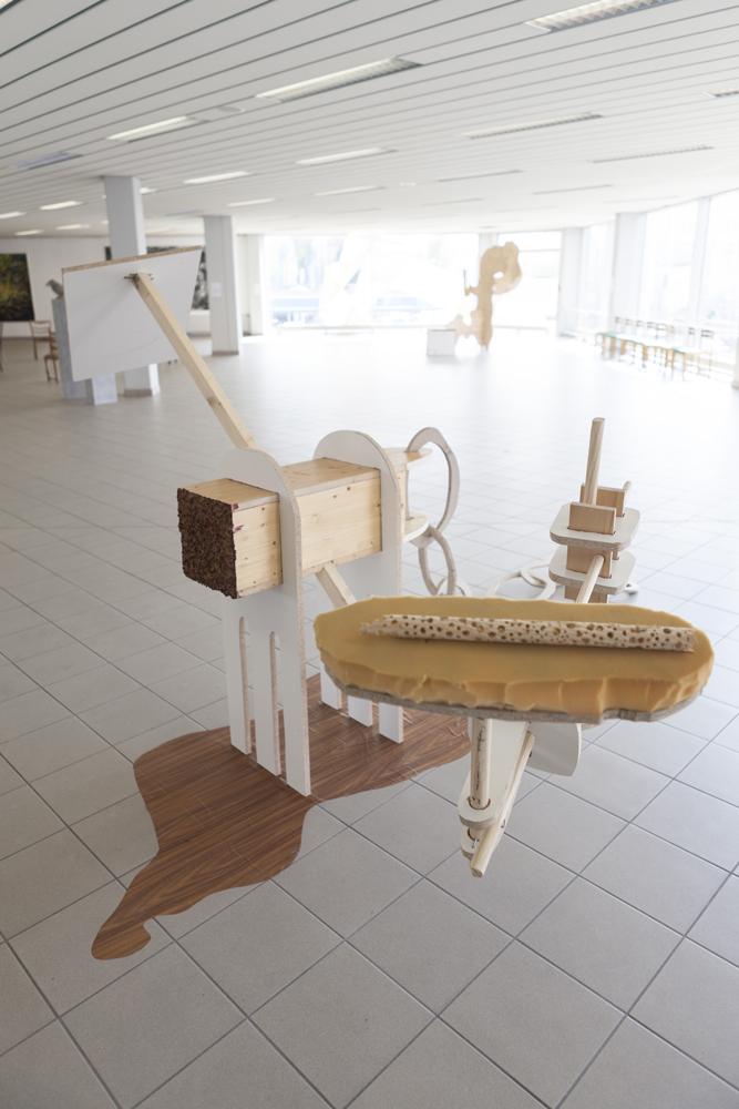 Geschorener Plattensafter, 2013, Spanplatten, Holz, Holzimitat- Folie, Rote Beete- Saft, Schaumstoff, Pappmaché, Gips, 400cm x400cm x200cm