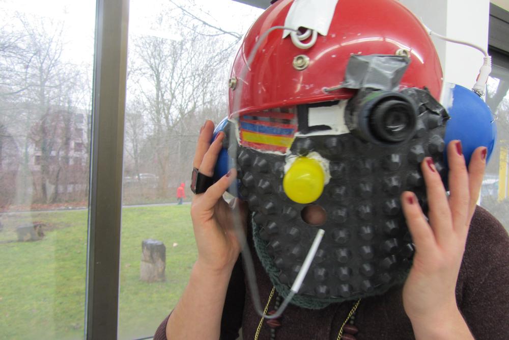 Helmet of Synesthesia, 2013, Helm, div. Materialien, MP3-Player, Wandhalterung, Lutscher, Sound, Riechsäckchen, Video