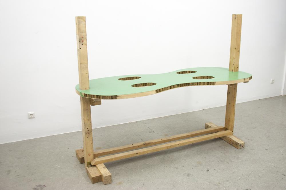 Sitzgelegenheit für zwei Prototypen, 2012, Holz, Türplatte