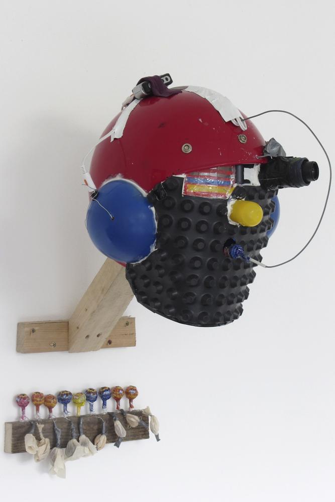 Helmet of Synesthesia, 2013, Helm, div. Materialien, MP3-Player, Wandhalterung, Lutscher, Sound, Riechsäckchen