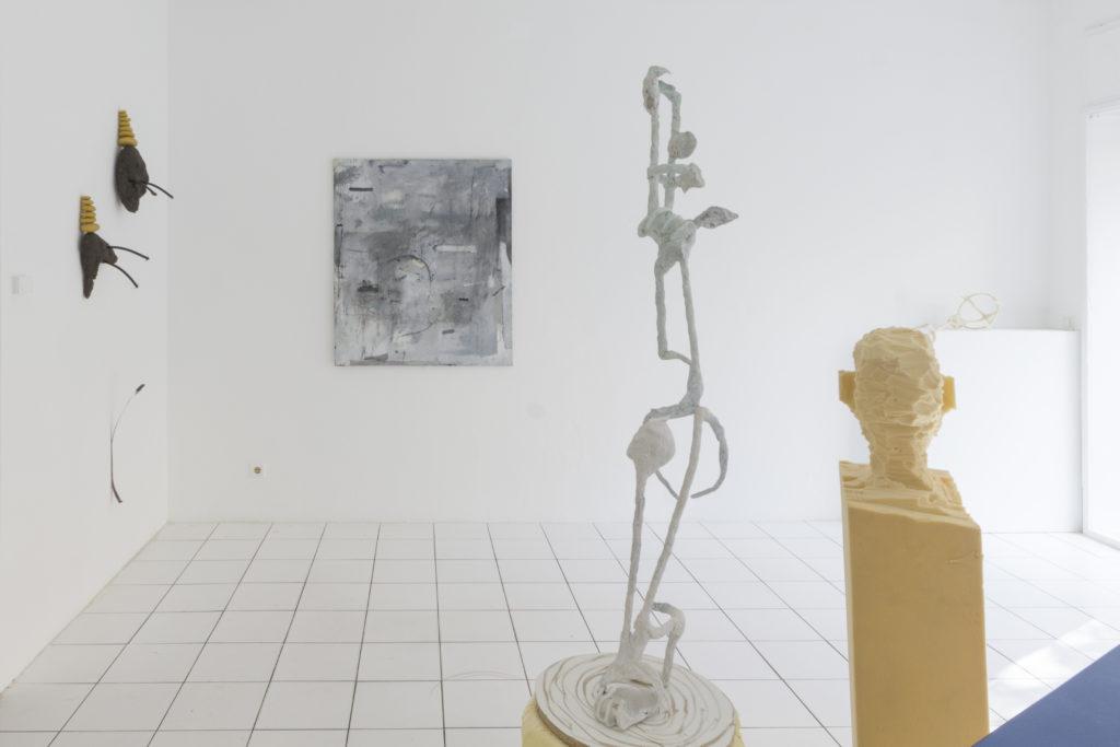 """Ausstellungsansicht der Ausstellung """"Shitting Ghosts"""" mit Arbeiten von Wilhelm Beermann, Fabian Hub, Ryo Kinoshita und Paul Schuseil"""