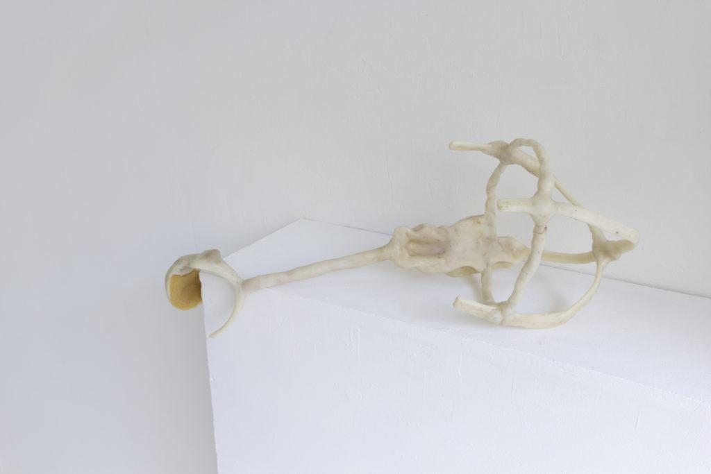Verzweiflungshilfe (portable), 2017, Kunststoffgemisch, Holz, 26x54x30cm