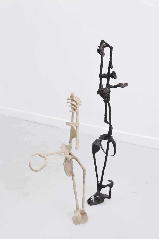Der Denker - eingeschlafen, 2018, Bronze (patiniert), 126 x 20 x 30 cm & Betrachtungshilfe, 2017, Kunststoffgemisch, Holz, 97x 50x 17cm