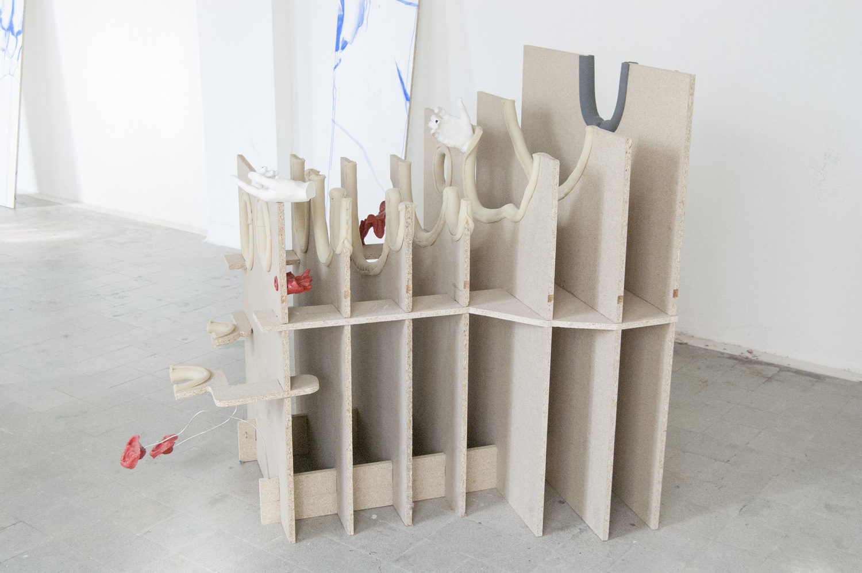 Pietà duepuntozero, 2019, Spanplatte, Kunststoff, Metall, Gips, 160 x 120 x 105cm