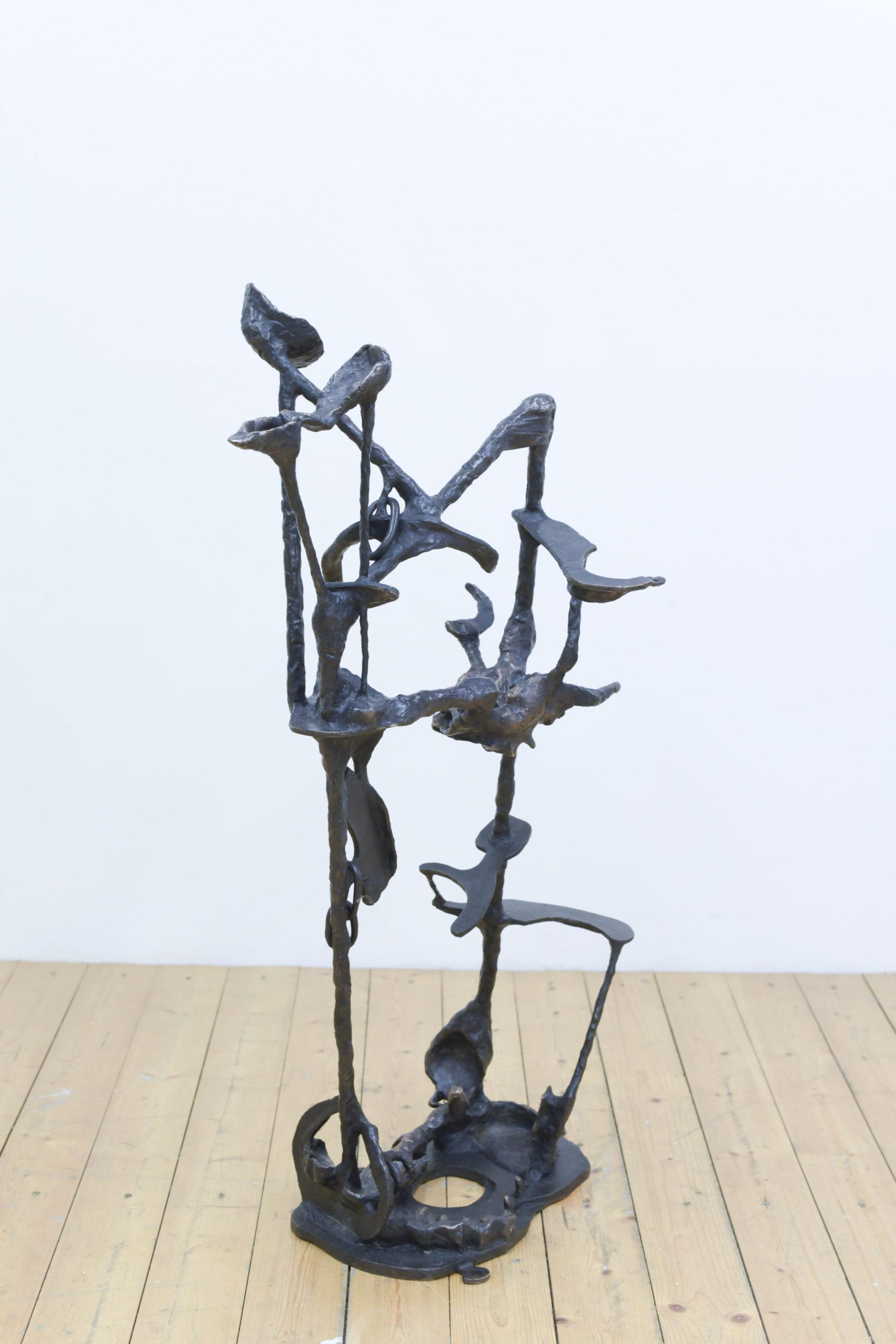 Pose no. 15 Knoten unter Waldlichtung, 2019, Bronze patiniert, 87 x 60 x 40 cm