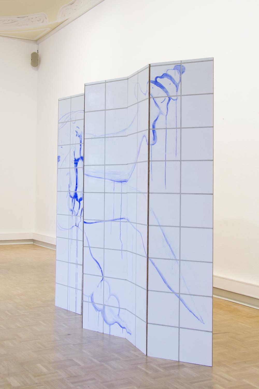 Passé composé, 2020, Spanplatte, Gouache, Polyesterschlusslack, Fugenmörtel, Scharniere , 207 x 16 x 280 cm